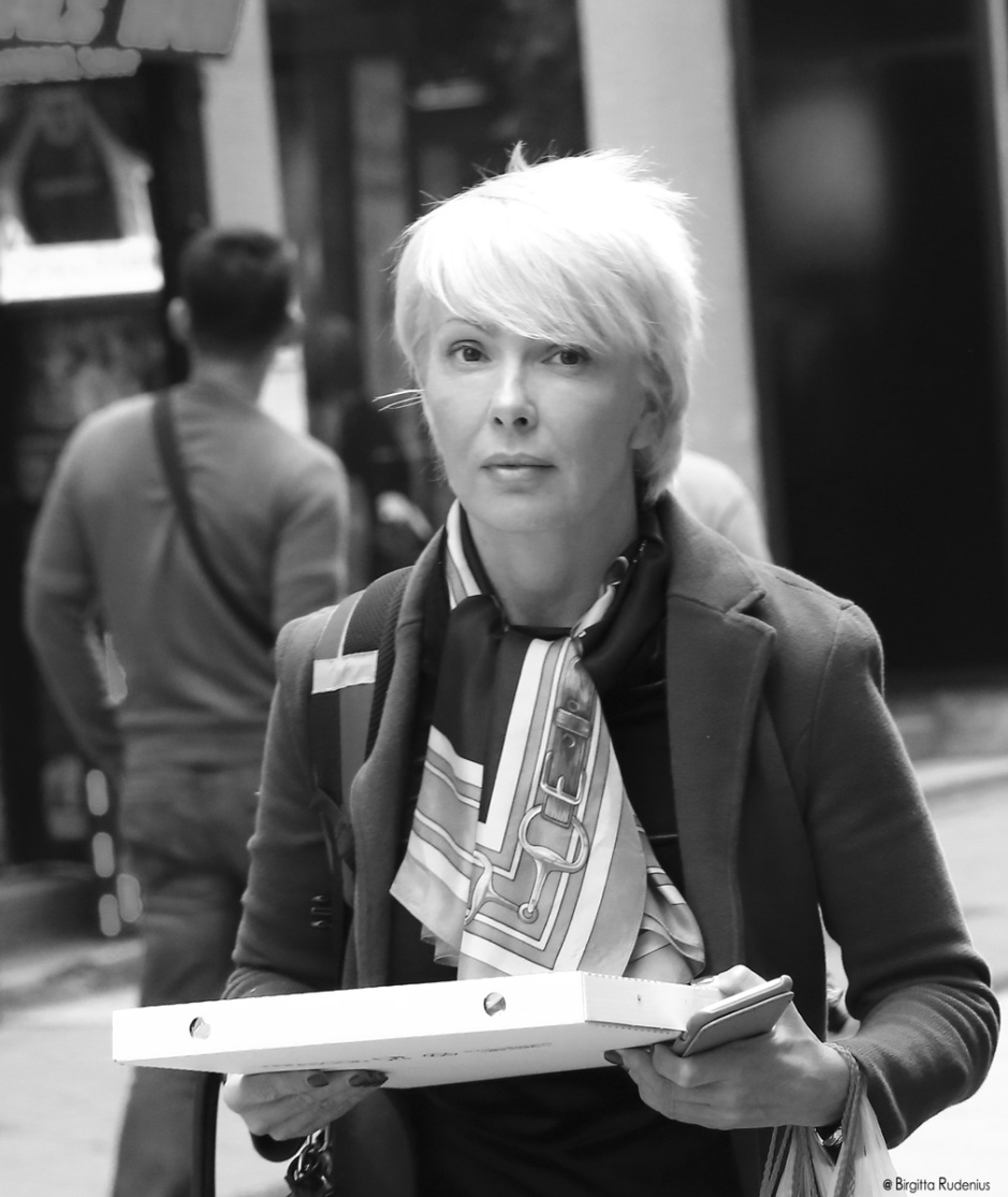 BW Street Photo - Bringing the pizza home.